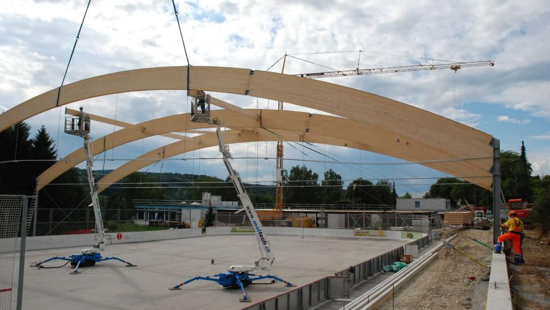 Beim künftigen Eisfeld Weihermatte in Urdorf werden die Holzbalken  montiert