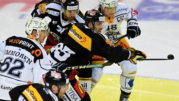 Luganos Rückkehrer Maxim Lapierre tankt sich durch die Zuger Verteidigung