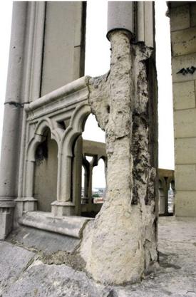 Die Luftverschmutzung hat dem Mauerwerk stark zugesetzt.