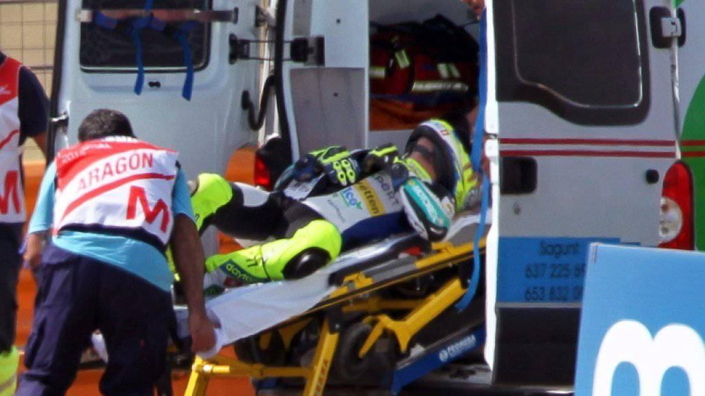 Aegerter wird nach seinem Sturz im Krankenwagen weggefahren
