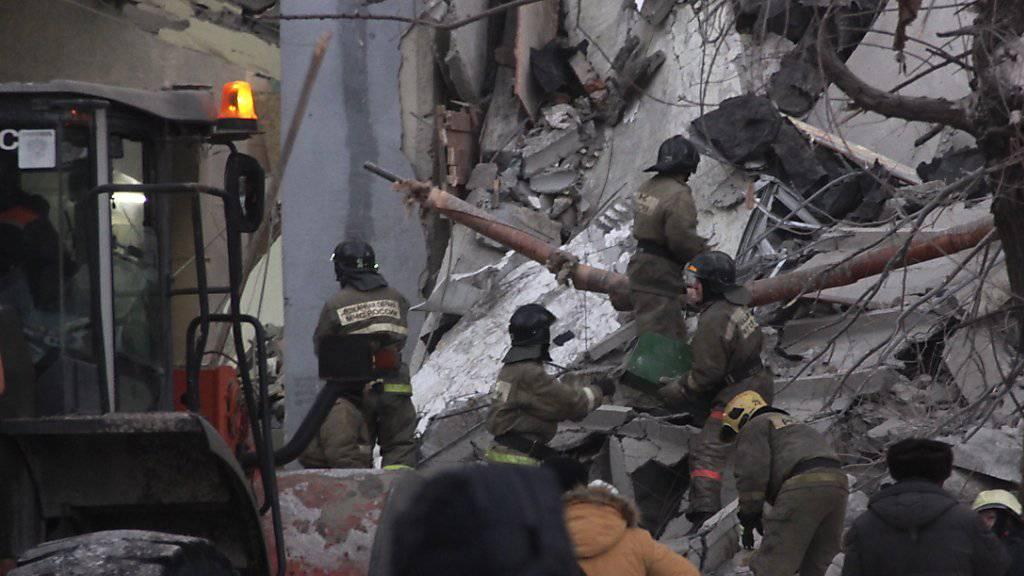 In den Trümmern des durch eine Gasexplosion zerstörten Wohnhauses in Magnitogorsk suchen Rettungskräfte nach Überlebenden.  EPA/ILYA MOSKOVETS