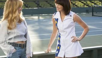 """In """"Battle of the Sexes"""" spielt Emma Stone (r) die Tennis-Legende Billie Jean King. Da sie noch nie Tennis gespielt hatte, trainierte sie vor allem Choreografie. (Archivbild)"""