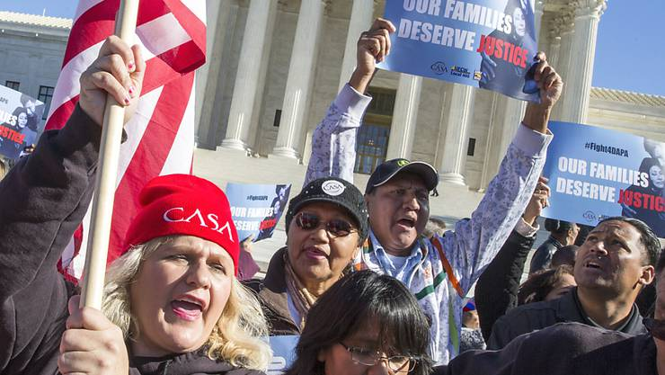 Immigrantenfamilien in den USA demonstrieren vor dem Supreme Court. US-Präsident Obama kämpft dort um seine Einwanderungsreform, die rund vier Millionen illegalen Einwanderern eine legalen Aufenthaltsstatus gewähren soll.