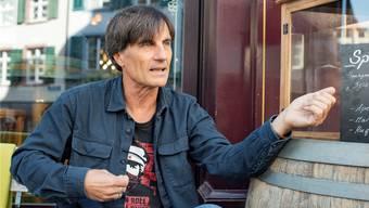 Szenekenner Michi Motter stand lange selber als Musiker auf der Bühne. Nun moderiert er den Songwriter Slam in Basel.