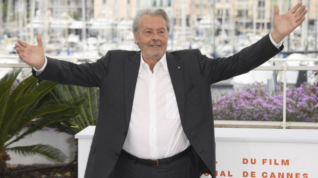 Nur wenige Wochen ist es her, dass sich Alain Delon in Cannes über die Ehrenpalme für sein Lebenswerk freute. Jetzt muss sich der 83-Jährige in einer Schweizer Klinik von einer Hirnblutung erholen. (Archivbild)