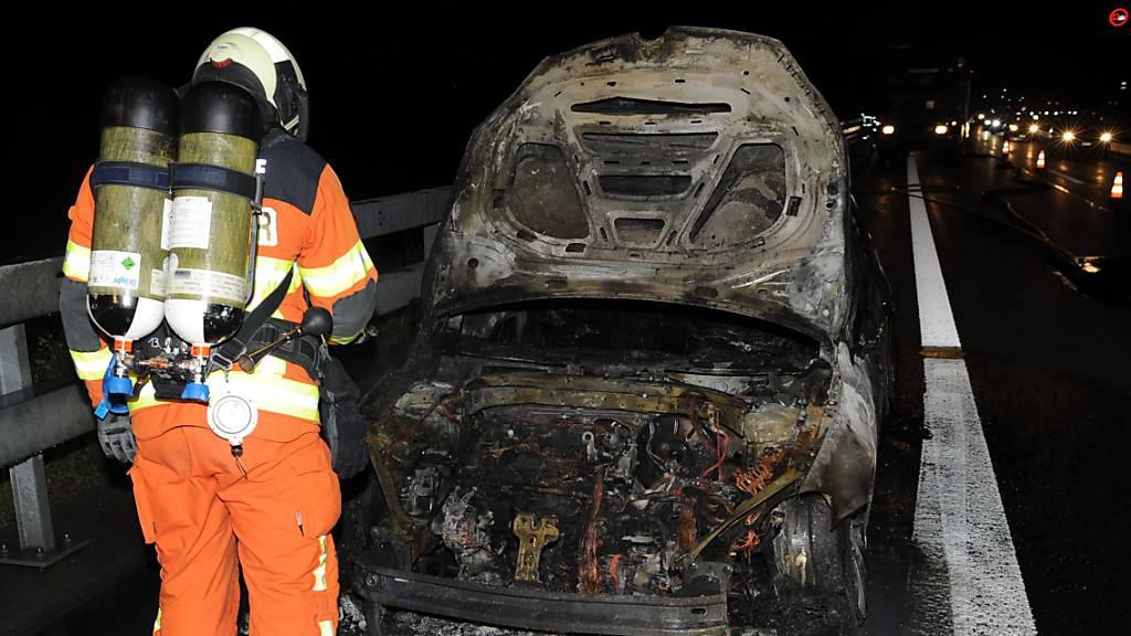 Auto auf A2 bei Schattdorf in Brand geraten