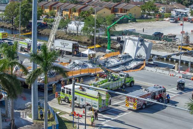 Die noch nicht eröffnete Brücke, die zu einer Hochschule führte, brach am Donnerstag zusammen und begrub mehrere Autos unter sich.