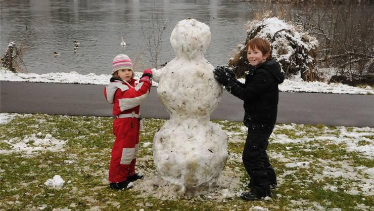 Lisa (5) und Mattia (7) haben keine Probleme mit Schnee und Kälte.
