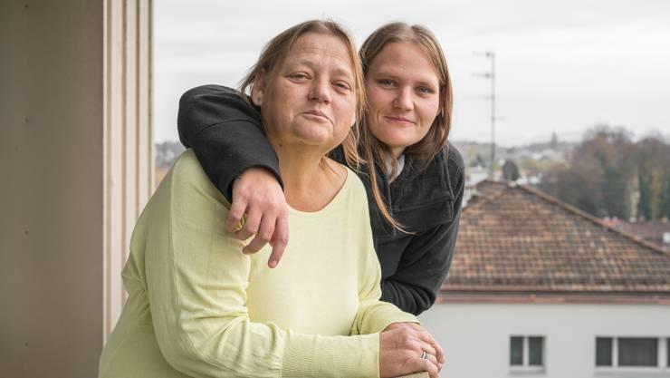 Armut in der Schweiz: Die Familie Lautenschlager in der Wohnung von Ayla (grauer Pullover bzw. schwarze Jacke) und ihrer Mutter (olivgrünes Shirt bzw. graue Jacke) im Basler Breitenquartier.