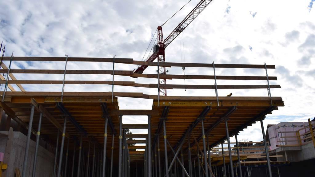Bauarbeiter stürzt fünf Meter in Tiefe und landet auf Betonboden