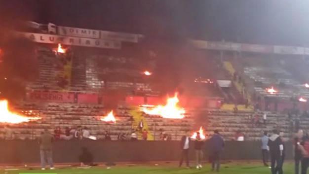 Türkische Fussballfans setzen Stadion in Brand.
