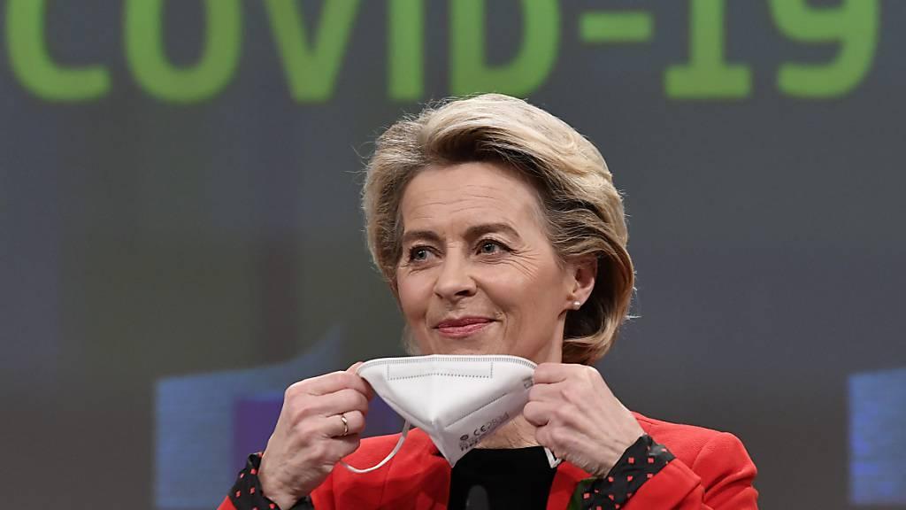 EU-Kommissionspräsidentin Ursula von der Leyen setzt nach einer Pressekonferenz in Brüssel eine FFP2-Maske auf. Foto: John Thys/Pool AFP/AP/dpa