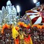 Mit farbenprächtigen Kostümen, imposanten Wagen und politischen Botschaften hat das Schaulaufen der Sambaschulen beim weltberühmten Karneval von Rio de Janeiro begonnen.