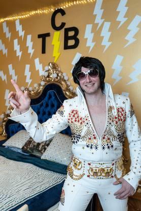 Silvano Benzoni im Aloha Jumpsuit, wie ihn Elvis trug. Den Anzug hat sich der Oltner auf den Leib schneidern lassen.