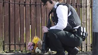 Eine Polizistin legt im nordirischen Londonderry Blumen nieder in der Nähe des Ortes, an dem die Journalistin Lyra McKee erschossen wurde. (Archivbild)