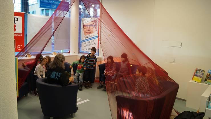 Die Kleinen sind im Kreis versammelt und lauschen der Stimme der Erzählerin. Manche Kinder können sich vor Spannung kaum auf dem Sessel halten.