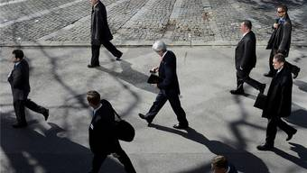 US-Aussenminister John Kerry in Montreux umgeben von Sicherheitsleuten, die möglicherweise mit Crypto-Produkten verschlüsselt kommunizieren.Jean-Christophe Bott/Keystone