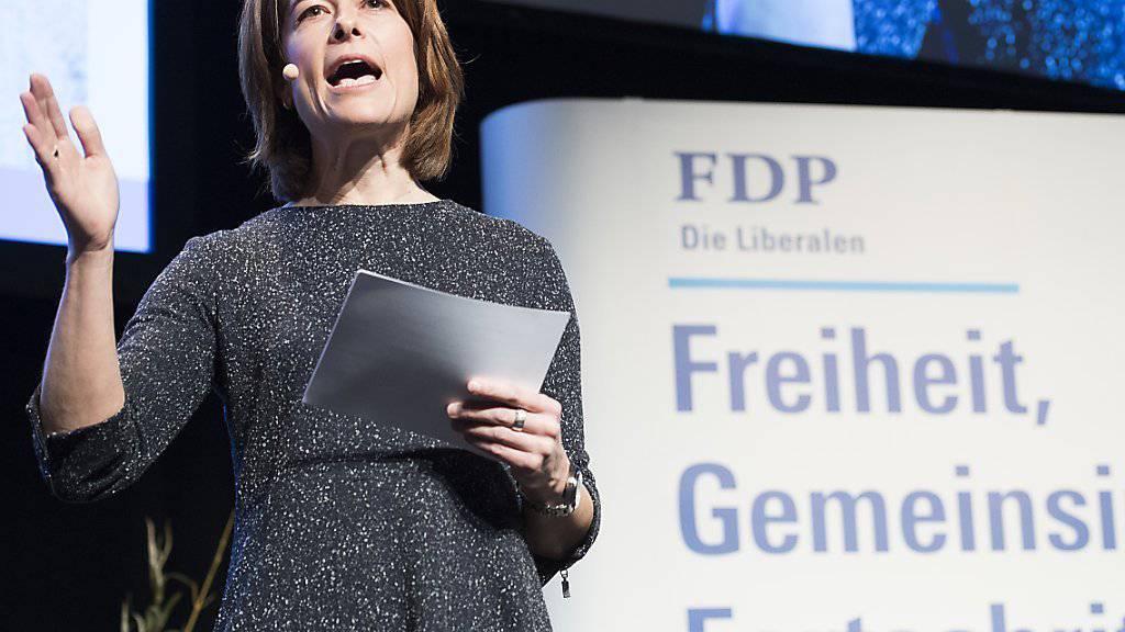 FDP-Präsidentin Petra Gössi interpretiert das Nein zur Atomausstiegsinitiative nicht als Ja zur Energiestrategie 2050. (Archivbild)