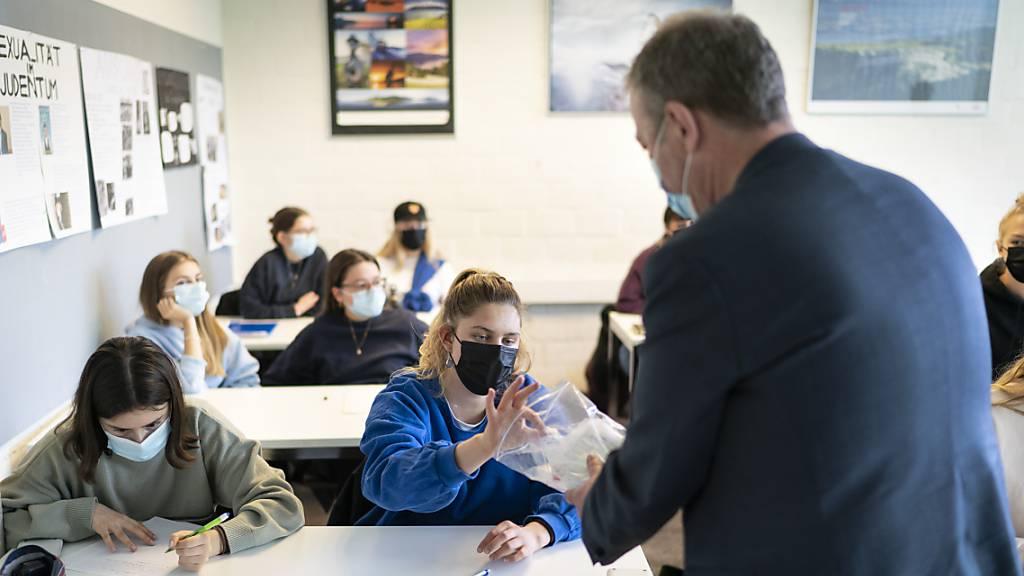 Ein Lehrer organisiert einen Speicheltest an der Kantonsschule Wiedikon.  Die Dachverbände der Lehrpersonen in der Schweiz wollen systematische Speicheltests beibehalten, um die Verbreitung des Coronavirus zu bekämpfen. Eine Impfpflicht für Lehrer lehnen die Verbände jedoch ab.
