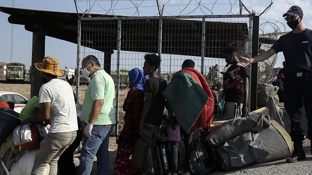 Nach dem Feuer im Flüchtlingscamp Moria habe 200 Flüchtlinge ein neues Lager bezogen.