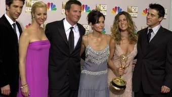 """Stars der Erfolgsserie """"Friends"""" posierten 2002 bei den Emmy Awards in Los Angeles:(von links): David Schwimmer, Lisa Kudrow, Matthew Perry, Courteney Cox Arquette, Jennifer Aniston und Matt LeBlanc. Ab Mai soll eine Neuauflage der Serie beim Streamingdienst HBO Max zu sehen sein. (Archivbild)"""