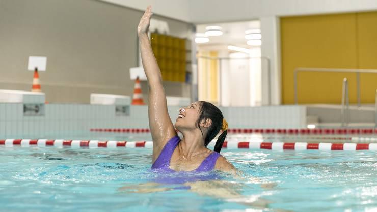 Einmal so anmutig wie eine Synchronschwimmerin durchs Becken gleiten: Der Plan der Redaktorin geht nur teilweise auf.