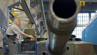 Bei der Ruag wurden Geheimnisse geklaut - im Bild: Ein Mitarbeiter des Rüstungskonzerns bearbeitet ein Panzerrohr (Symbolbild)