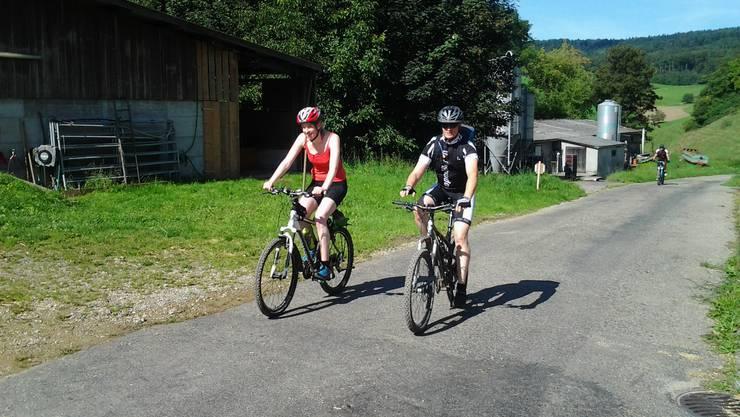 Diese beiden Biker haben den ersten Bergpreis erreicht und können noch strahlen.
