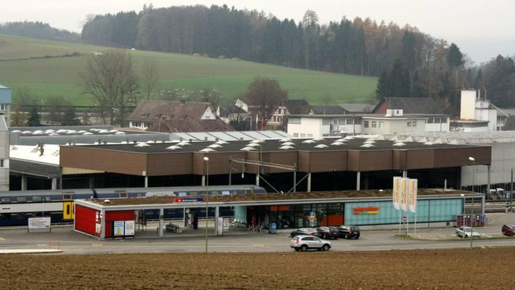 Bahnhof Niederweningen – Keine Abgrenzungen zwischen Bussen, Zügen, Autos und Passanten. Foto: dpo