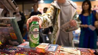 Alkohol nur gegen Ausweis: Testkäufe sollen Fricktaler Shops sensibiliseren. (Symbolbild)