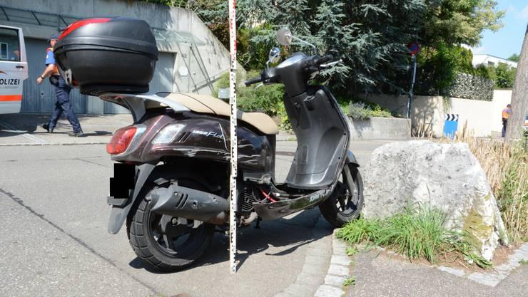 Rollerfahrer stürzte in Reinach nachdem er mit einem Randstein kollidierte. Dabei zog er sich schwere Verletzungen zu.