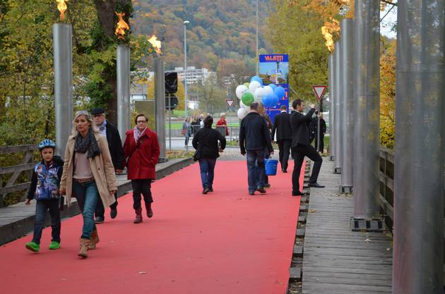 Die Gasfackeln leuchten den Brückenweg über die Aare und  heissen die Gäste willkommen
