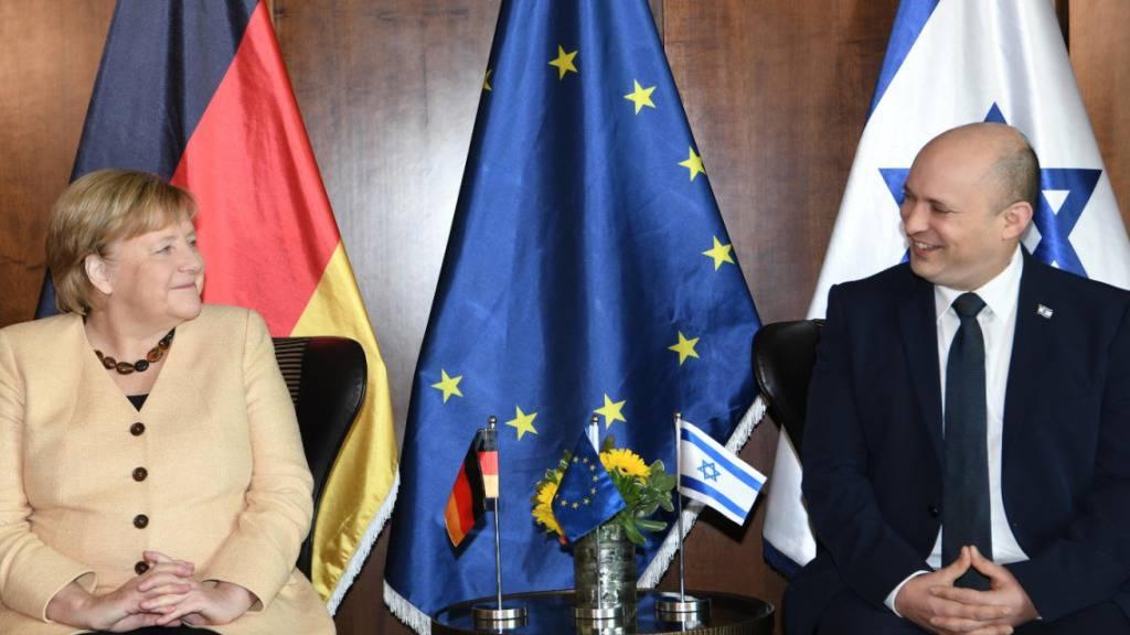 HANDOUT - Am Sonntagmorgen traf die deutsche Kanzlerin Angela Merkel Israels Ministerpräsident Naftali Bennett. Anschließend kam sie auch mit dem israelischen Kabinett zusammen. Foto: Amos Ben-Gershom/GPO/dpa - ACHTUNG: Nur zur redaktionellen Verwendung und nur mit vollständiger Nennung des vorstehenden Credits