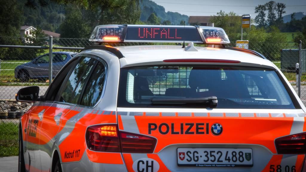 Velofahrer stürzt – und wird von Auto angefahren