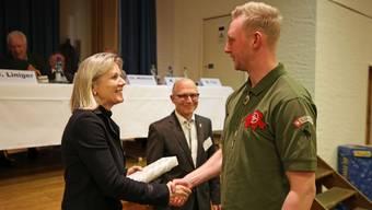 Obmann Kurt Altermatt und Regierungsrätin Brigit Wyss übergeben Stephan Blaser den Preis des Regierungsrates für Jagdaufseher mit guter Schiessfertigkeit.