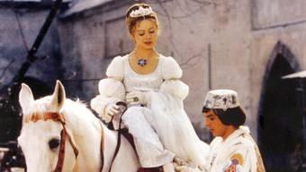 Der Prinz (Pavel Trávníček) passt Aschenbrödel (Libuše Šafránková) im Film «Drei Haselnüsse für Aschenbrödel» den verlorenen Schuh an (Archiv).