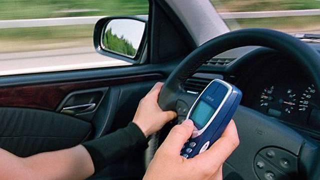 Auch das Schreiben einer SMS während dem Fahren ist gefährlich.