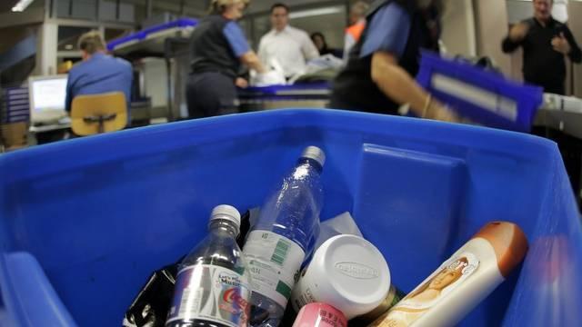 Getränke, die ausserhalb der EU in einem Duty-Free-Laden gekauft wurden, werden in der Schweiz weiterhin aus dem Handgepäck entfernt (Archiv)