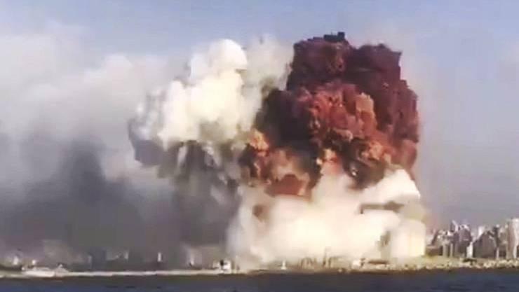 Kurz vor 18 Uhr (Lokalzeit) hörte man in der Umgebung von Beiruts Hafen mehrere Explosionen.