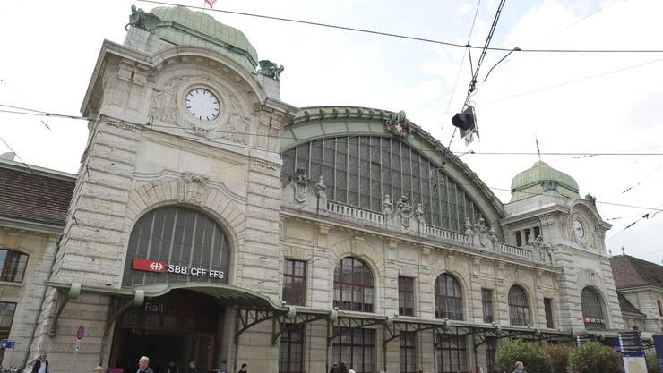 Da fehlt doch was: Die Uhr am Basler Bahnhof hat heute keine Zeiger