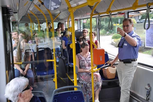 Gemeinderat Urs Vogel (rechts) amtierte dabei als Reiseleiter. Er ist in Bergdietikon aufgewachsen und kennt jeden einzelnen Hof.