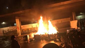 Vermummte haben rund um die Berner Reitschule in der Nacht auf Sonntag bei einer Strassenschlacht mehrere Polizisten angegriffen.