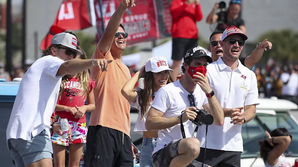 Tom Brady (zweiter von Links) und Co. lassen sich feiern
