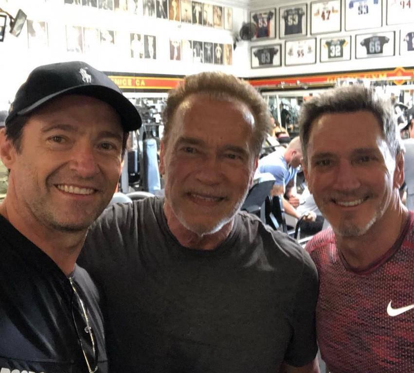Auch der vierte Juli ist kein Grund, nicht zu trainieren – finden Schauspieler Hugh Jackman (links), Ex-Gouverneur Arnold Schwarzenegger (Mitte) und ein Freund.