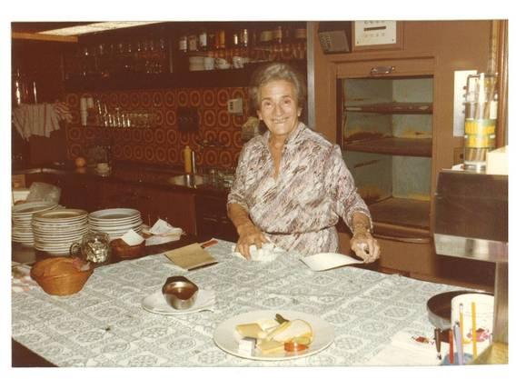 Mina Frey mit ihren Zetteln, Aufnahme von 1981. Stadtarchiv Aarau