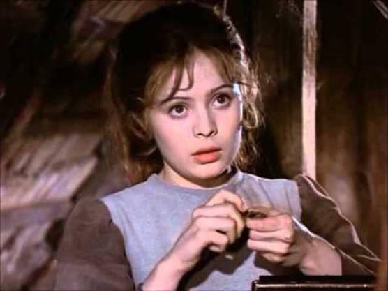Diese Aschenbrödel gibt weder Verantwortung ab, noch gibt sie sich mit ihrer Abhängigkeit zufrieden. Sie handelt trotz widriger Umstände! Gespielt wird die Hauptfigur des Märchenklassikers von 1973 vonLibuše Šafránková.