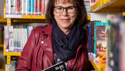 Susi Häni hält das beliebte «Die drei ???»-Kinderbuch in den Händen.