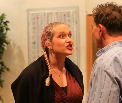 Bianca Stutz regt sich über die schlechten Manieren von Gusti dem Knecht auf.