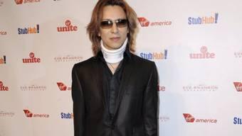 Der japanische Heavy-Metal-Drummer Yoshiki Hayashi musste schon öfter Halskrausen tragen, weil er vom Headbanging Nackenbeschwerden bekam. Nun musste er sich sogar operieren lassen - und rät vom Headbanging ab. (Archivbild)