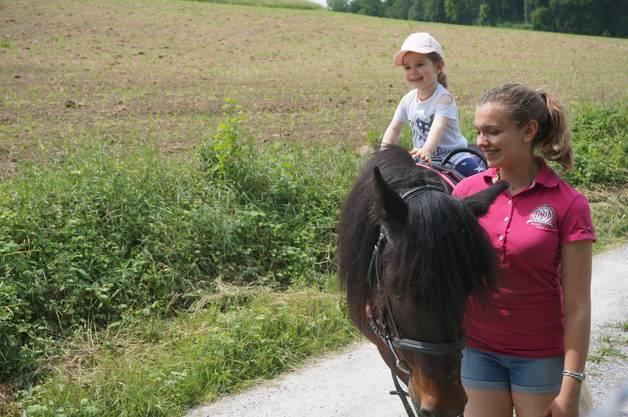 Ponyreiten lässt das Kinderherz höher schlagen.